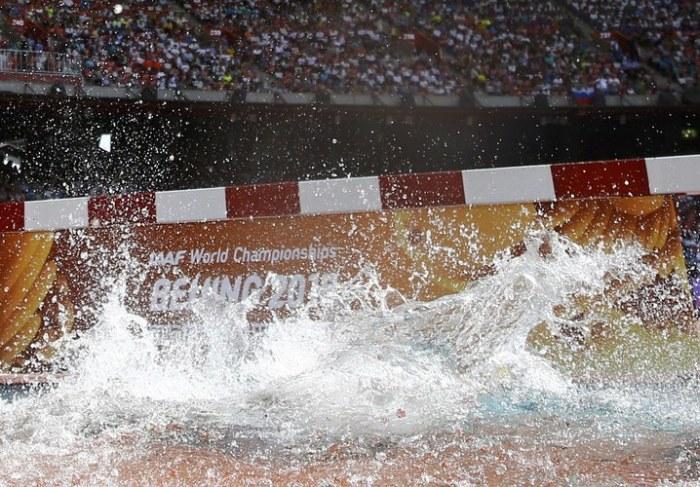 Легкоатлетка Роланда Белл упала в яму с водой во время бега с препятствиями (5 фото)