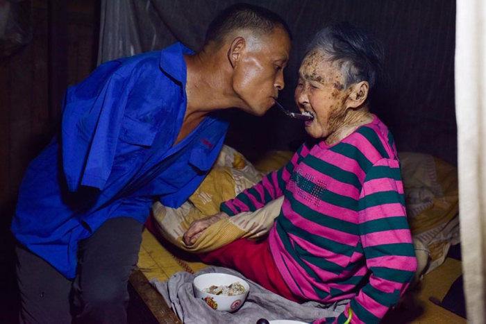 Китайский фермер-инвалид без рук ведет хозяйство и ухаживает за больной матерью (10 фото)