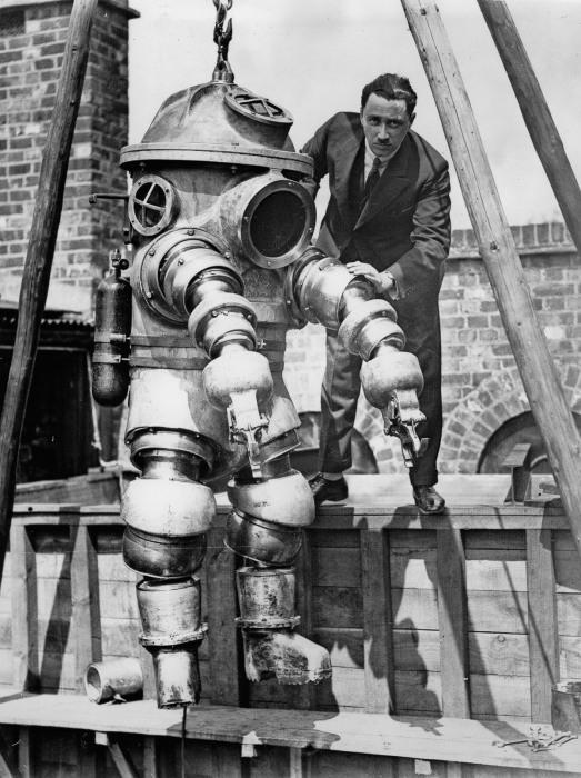 Редкие кадры первых гидрокостюмов, напоминавших жутких роботов (8 фото)