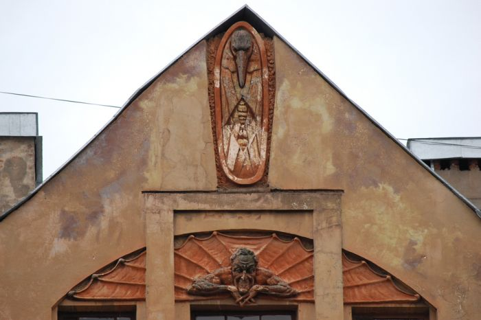 В Санкт-Петербурге со старого дома, напротив которого строится храм, сбили фигуру Мефистофеля (5 фото)