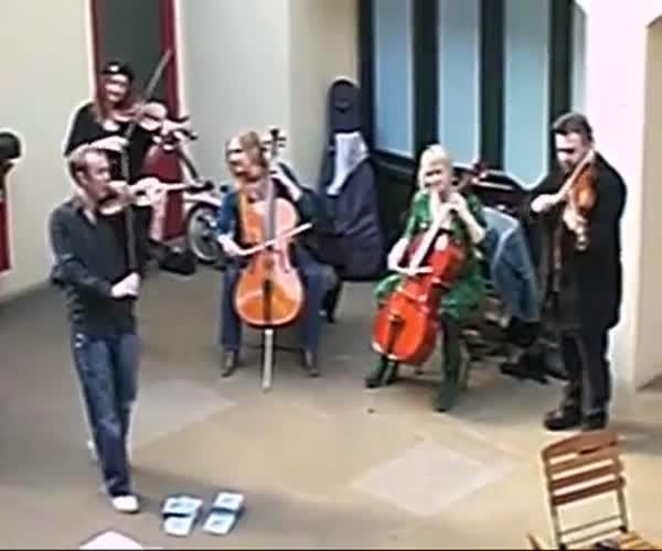 Музыканты преподали хороший урок мужчине