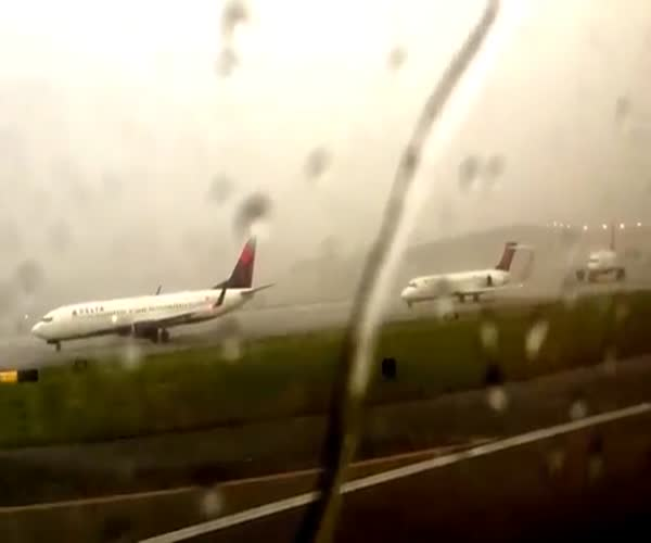 Молния ударила прямо в самолет