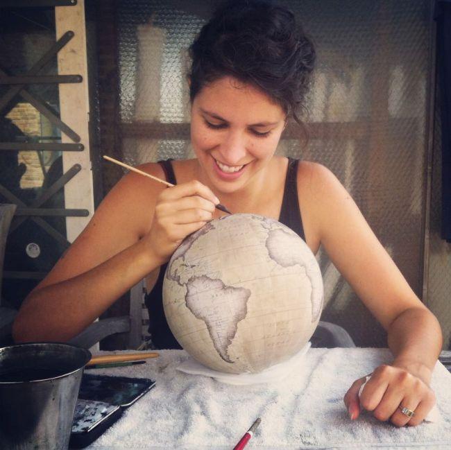 Как производят рисованные глобусы ручной работы (24 фото)