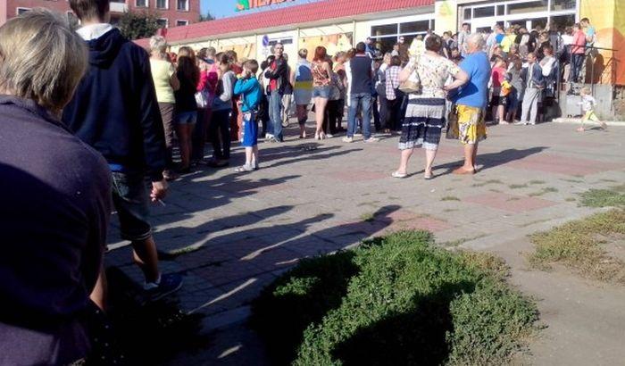 Очереди и давки на распродаже в супермаркетах Орла (5 фото + 2 видео)