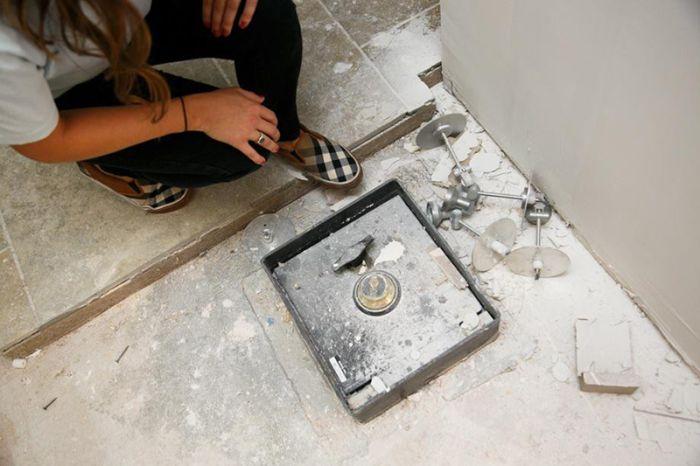 Американская пара нашла сейф с деньгами под полом своей кухни (11 фото)