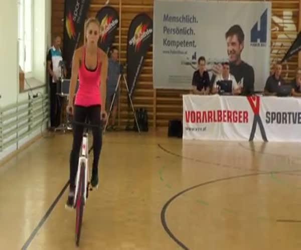 Трюки на велосипеде в исполнении девушки