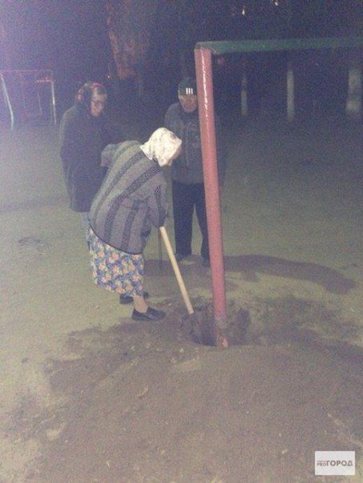 Саранские пенсионеры выкопали металлическую конструкцию для выбивания ковров (6 фото)