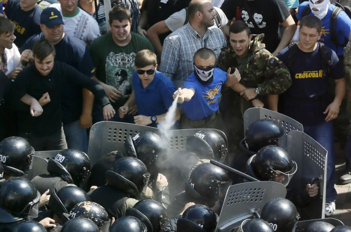 В Киеве у здания Верховной Рады вспыхнули беспорядки. Есть жертвы (25 фото + 3 видео)