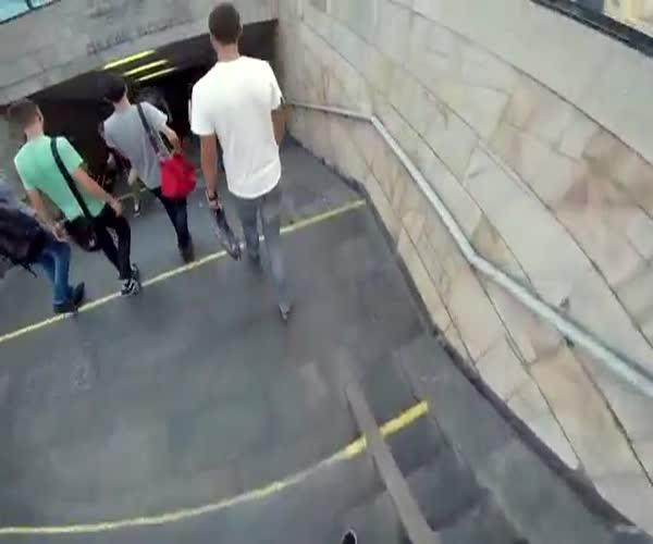 Юный экстремал катается на крыше метро