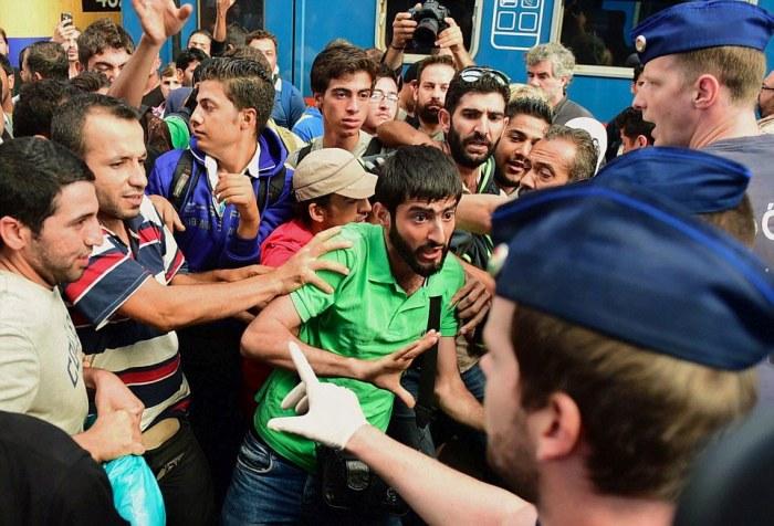 Один из железнодорожных вокзалов Будапешта закрыт из-за наплыва мигрантов (9 фото)