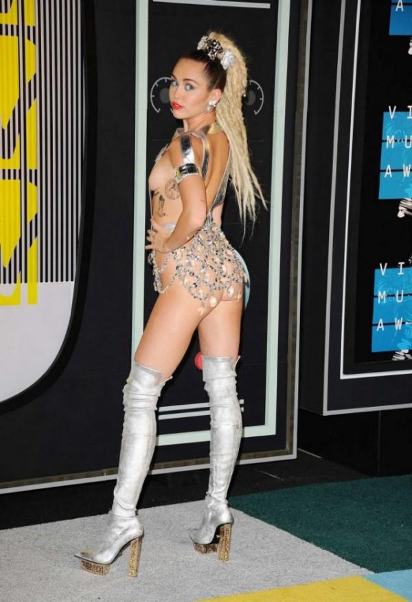 Майли Сайрус и ее провокационные наряды на церемонии MTV Video Music Awards 2015 (23 фото)