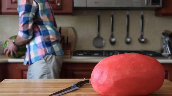 Классный фокус с арбузом, который оценят на любой вечеринке (10 фото)