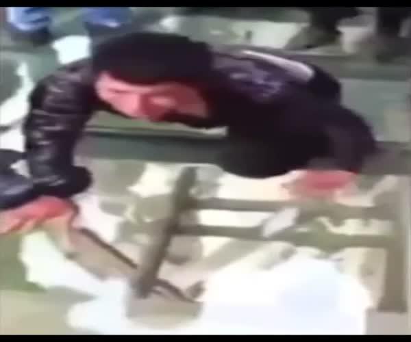 Парень очень сильно боится высоты