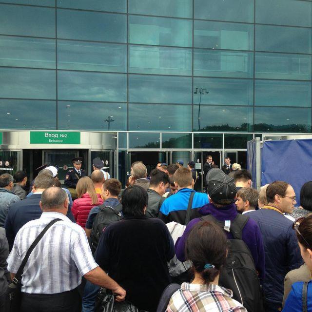 Из-за задымления из «Домодедово» эвакуировали пассажиров и приостановили вылеты (10 фото)