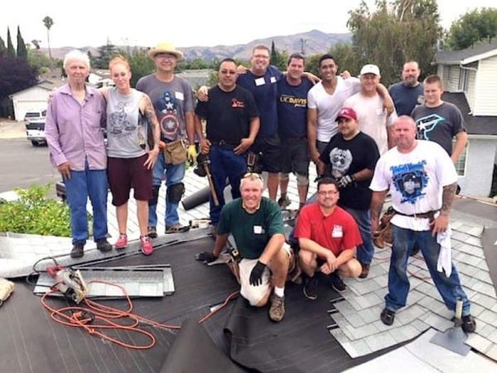 Кровельщики-добровольцы бесплатно перекрыли крышу 75-летнему пенсионеру (10 фото)