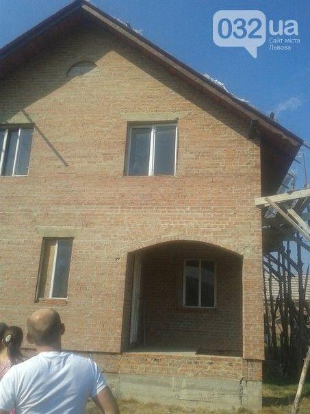 Жители украинского села молятся на окно, на стекле которого они разглядели Божью матерь (3 фото + видео)