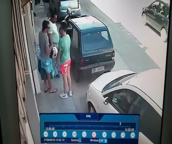 Мужчина сдвинул автомобиль