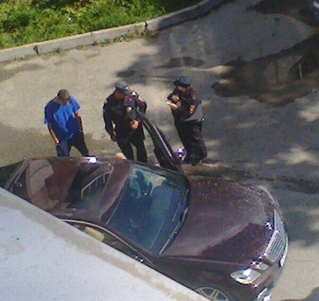 Запутанный конфликт во дворе жилого дома в Южно-Сахалинске (5 фото)