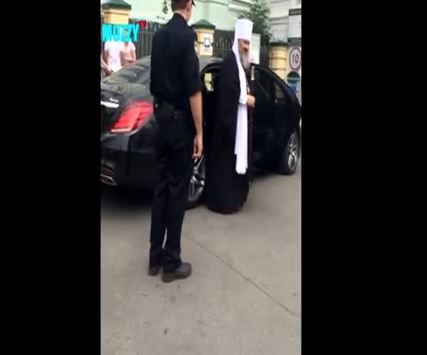 Разговор священнослужителя с полицейским
