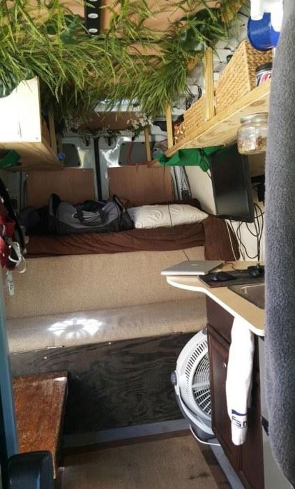 Дом для путешественника на базе небольшого фургона (21 фото)
