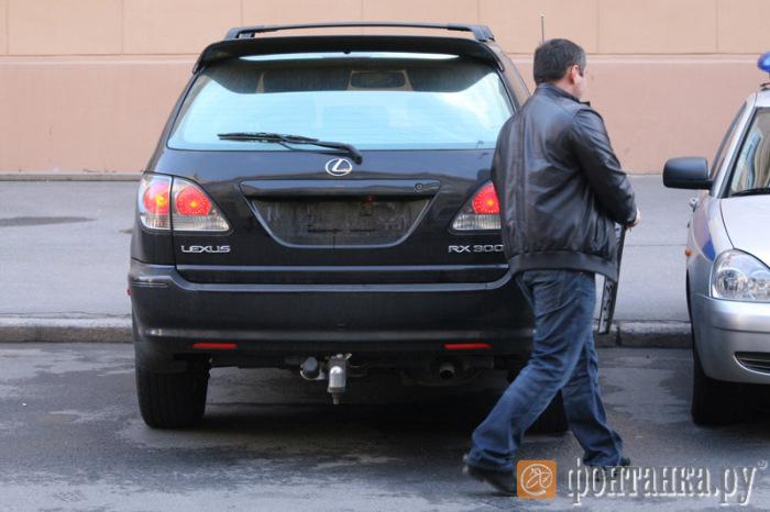 Полицейские нашли способ бесплатно парковаться на платной стоянке (6 фото)