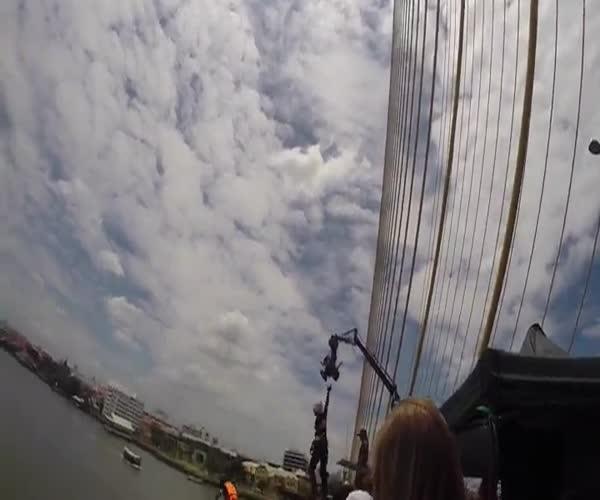 Банджи-прыжок с моста в воду