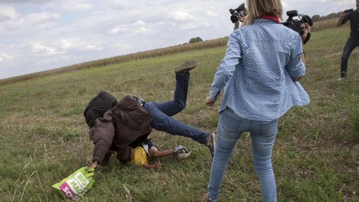 В Венгрии журналистку уволили из-за подножки мигранту (2 фото + 2 видео)