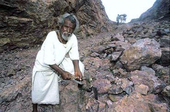 Дашратх Манджхи - человек «сдвинувший» гору (6 фото)
