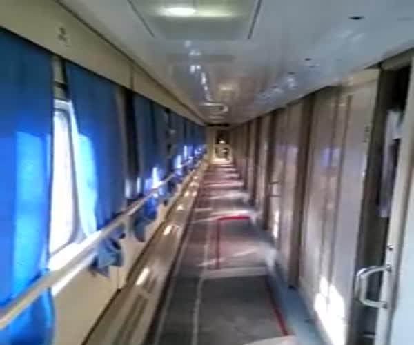 Жуткие тени в коридоре вагона