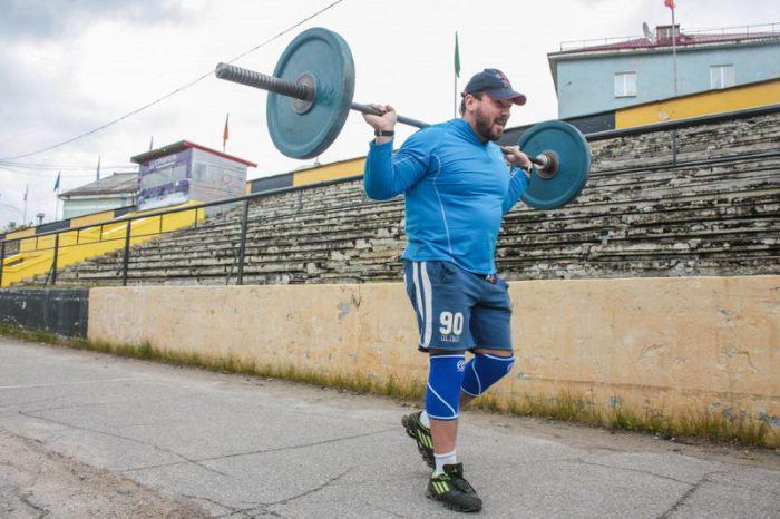 Пауэрлифтер Андрей Родичев поднялся на Эльбрус с 75-килограммовой штангой (4 фото)