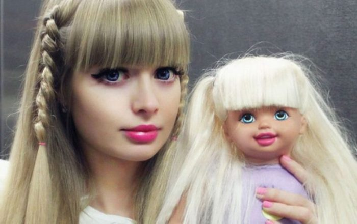 Топ-10 людей, превративших себя в кукол (20 фото)