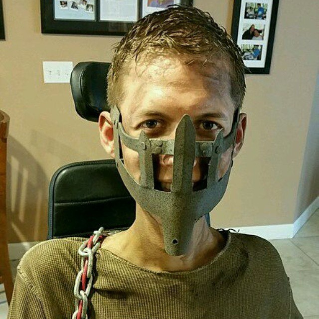 Студент-инвалид превратил инвалидное кресло в багги из «Безумного Макса» (8 фото)