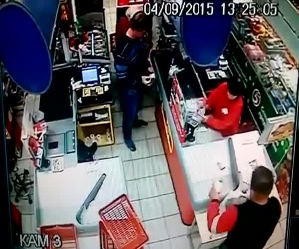 Парень ударил старушку в магазине