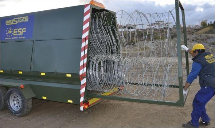 Мобильный забор для борьбы с нелегальными мигрантами (5 фото)