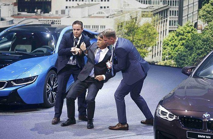 Гендиректор BMW Харальд Крюгер упал в обморок на открытии Франкфуртского автосалона (4 фото + видео)