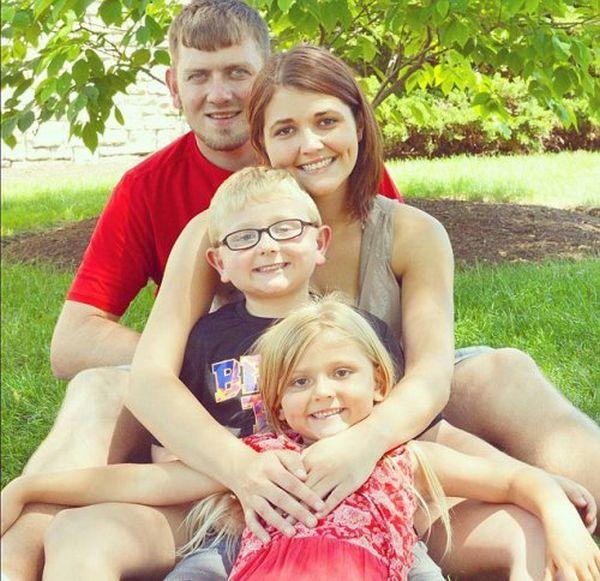 Улыбающаяся американка с детьми сфотографировалась рядом с покойным мужем (4 фото)
