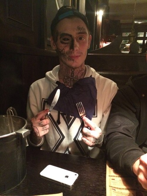 Красноярский юноша «украсил» лицо татуировкой с изображением черепа (4 фото)