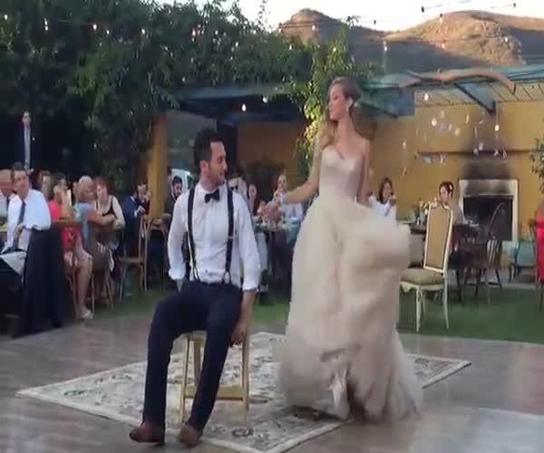 Невероятный первый танец молодоженов