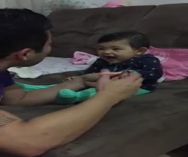 Маленькая девочка шутит над отцом