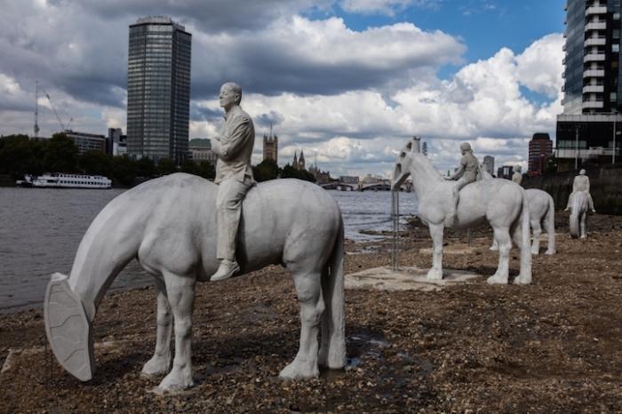 «Прилив» - необычная скульптурная композиция на дне Темзы (7 фото)