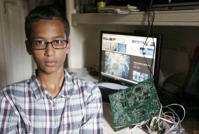 В США полиция арестовала подростка из-за самодельных часов, которые приняли за бомбу (3 фото)