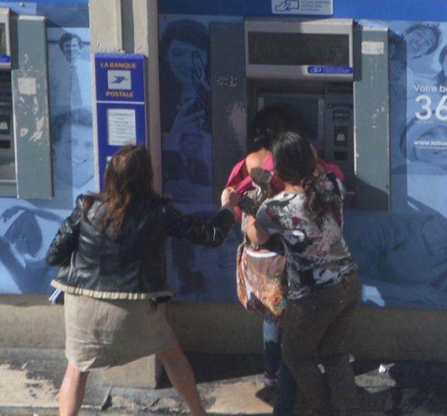 Во Франции две цыганки средь бела дня ограбили женщину у банкомата (10 фото)