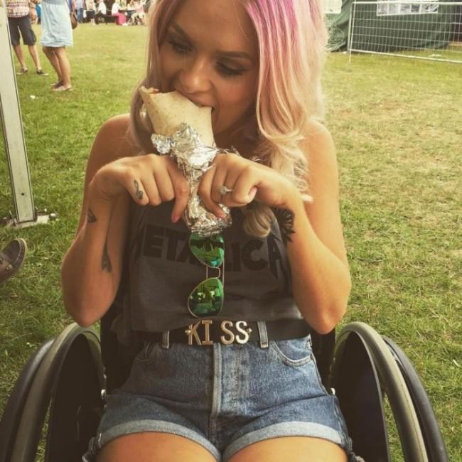 Бьюти-блогер с параличом сняла мощное видео, чтобы дать отпор троллям (11 фото + видео)