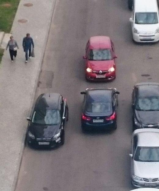Автоледи не могут поделить дорогу (2 фото)