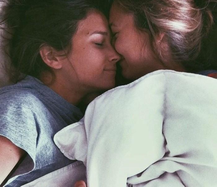 Целующиеся девушки (22 фото)