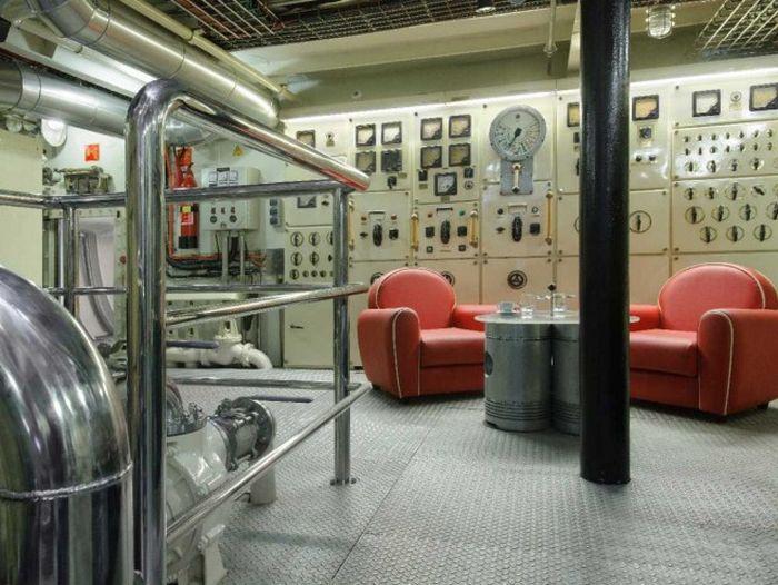 Советский корабль-разведчик превратили в суперроскошную яхту (11 фото)