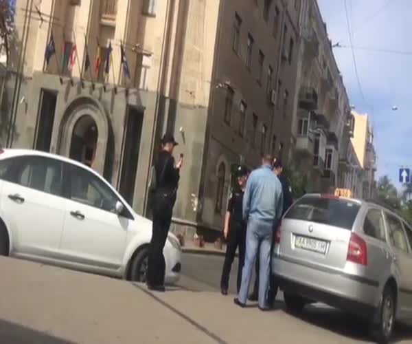 Киевские полицейские задержали таксиста за хамство
