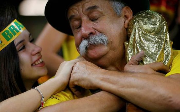Умер самый известный болельщик сборной Бразилии по футболу (3 фото)