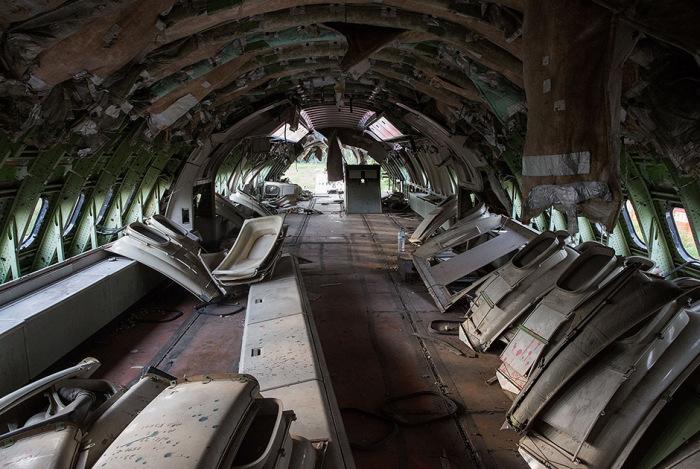 В Таиланде три семьи поселились на кладбище для самолетов (14 фото)