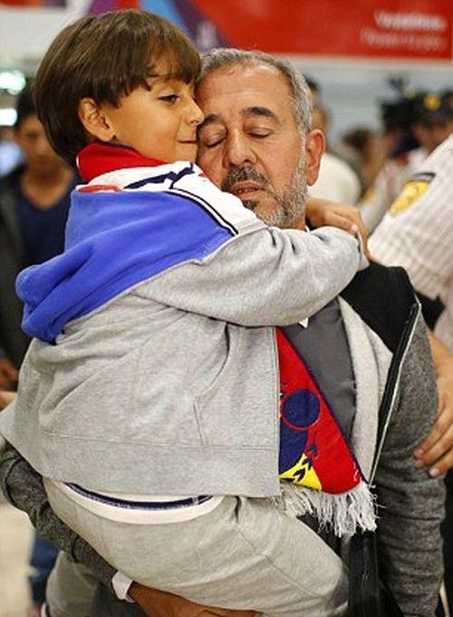 Беженец, упавший из-за подножки журналистки, стал тренером футбольного клуба «Хетафе» (5 фото)